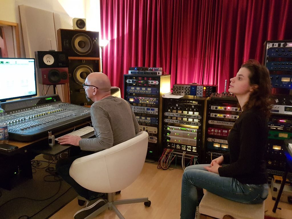 Im Tonstudio - Kerstin hört Probe