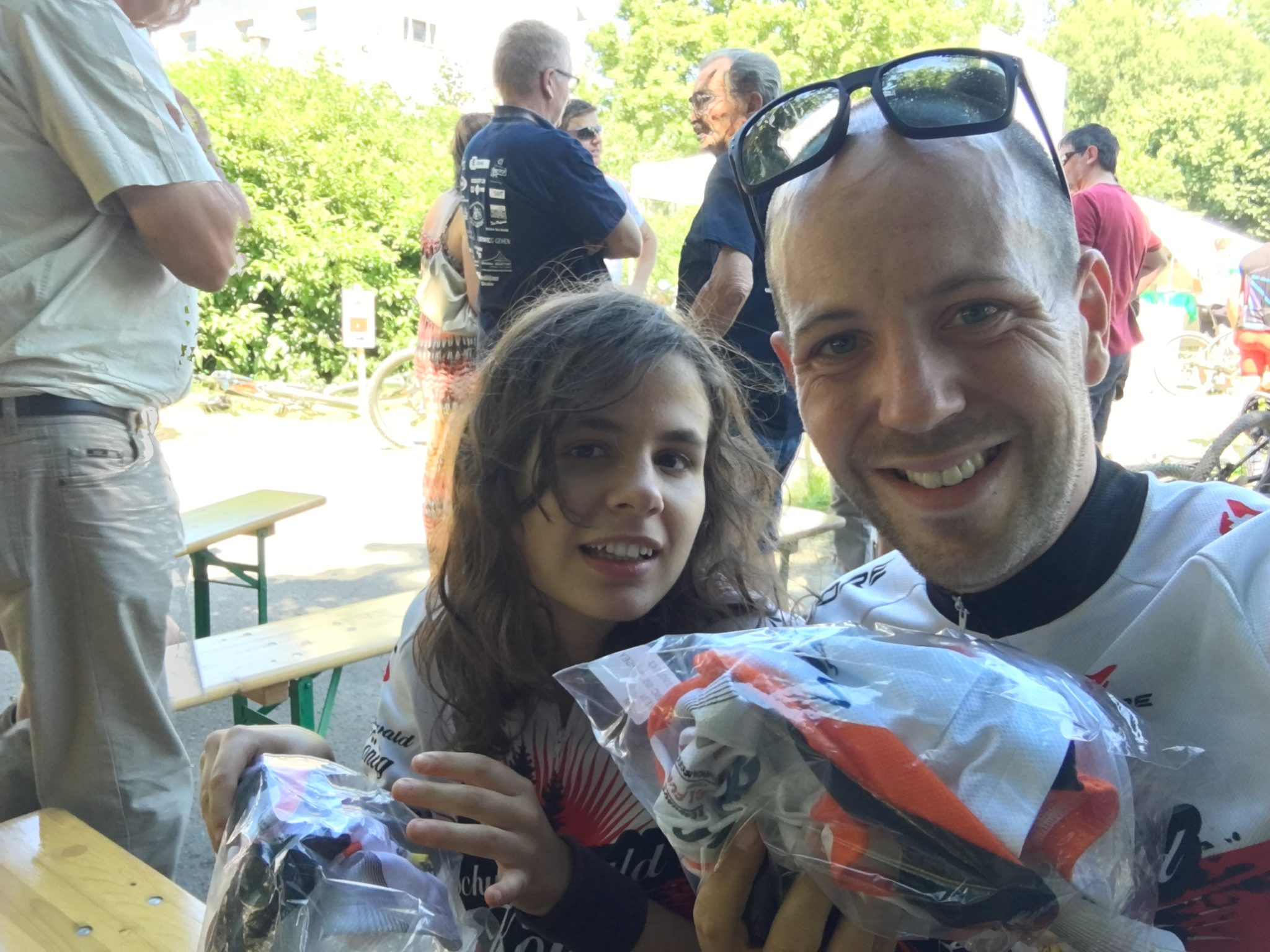 Kerstin und Tobi glücklich nach dem Rennen mit den neuen Trikots