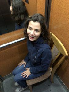 Wieso steht hier ein Stuhl im Aufzug