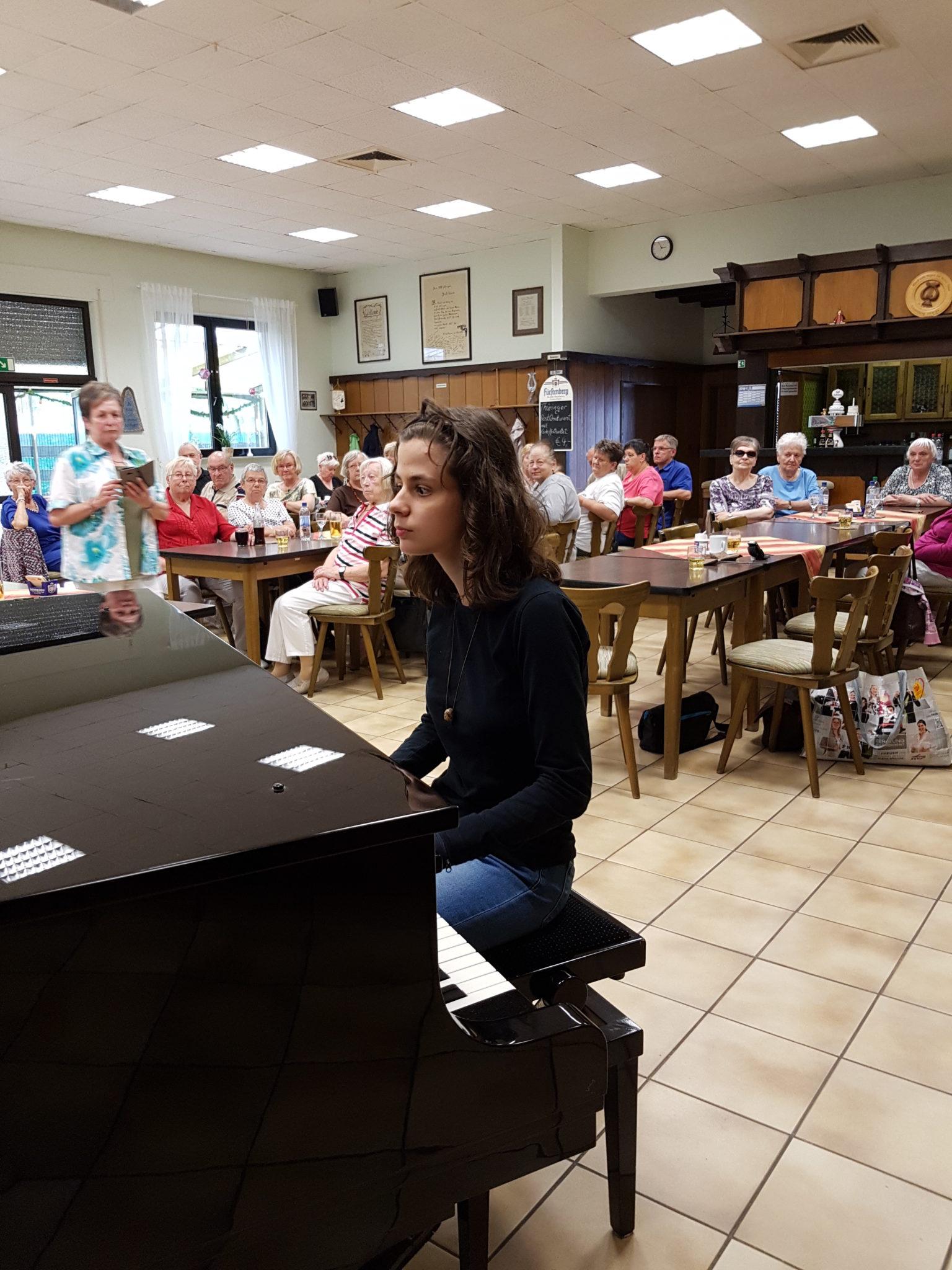 Kerstin am Piano