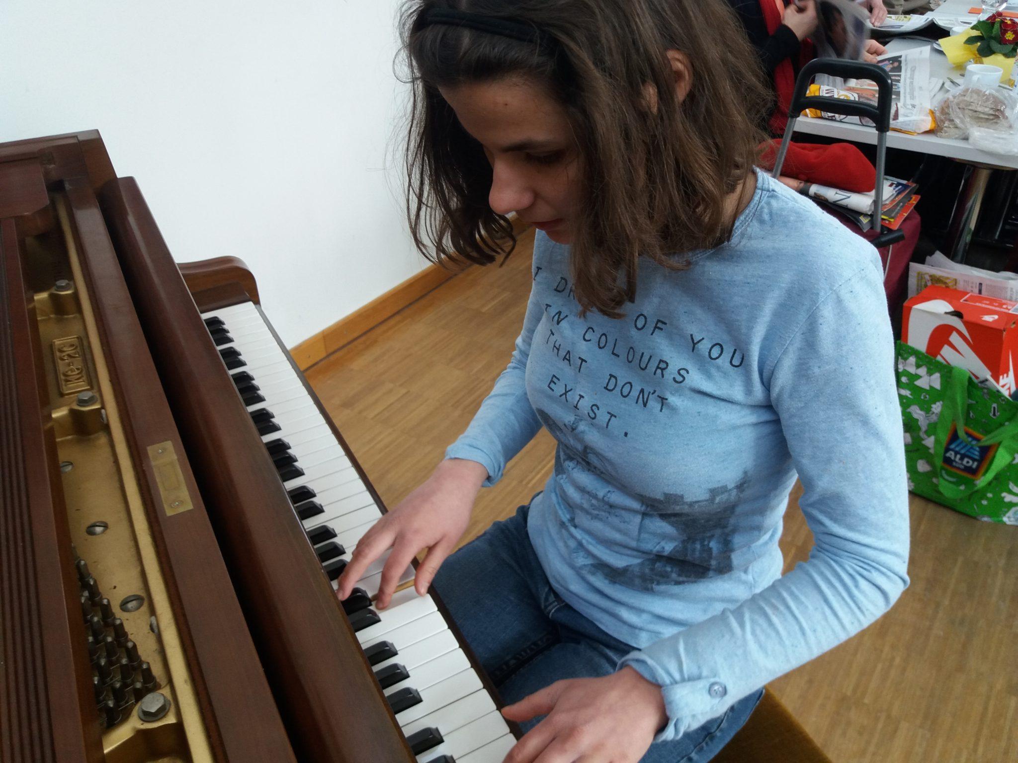 Kerstin am Klavier beim Sonntagstreff