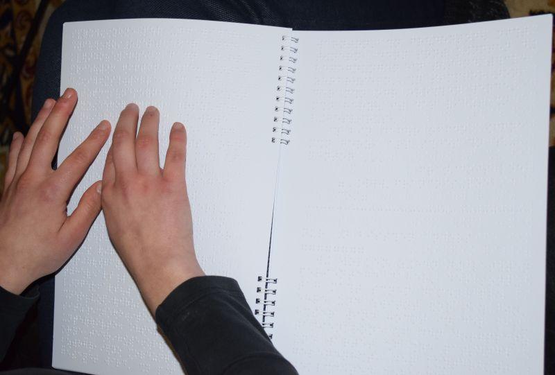 Man sieht wieder meine Hände, diesmal lese ich aber in einer Papierzeitschrift.