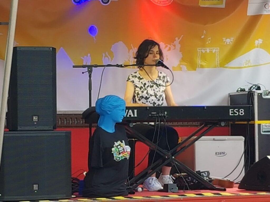 Kerstin am E-Piano während des Auftritts